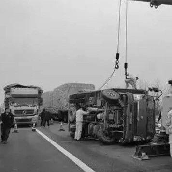 危险!湖口高速境内发生一起大货车侧翻事故,现场十分...
