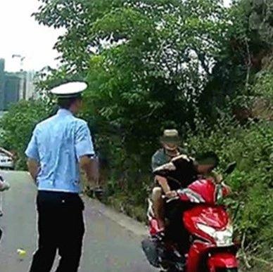 路遇检查,两男驾乘摩托连冲三道关卡!民警截获,结果大吃一惊——