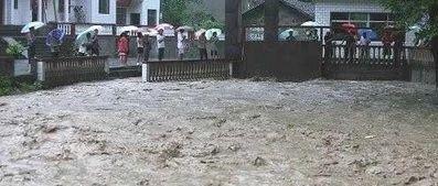 萍乡一8岁小孩被洪水冲走,至今生死未卜...