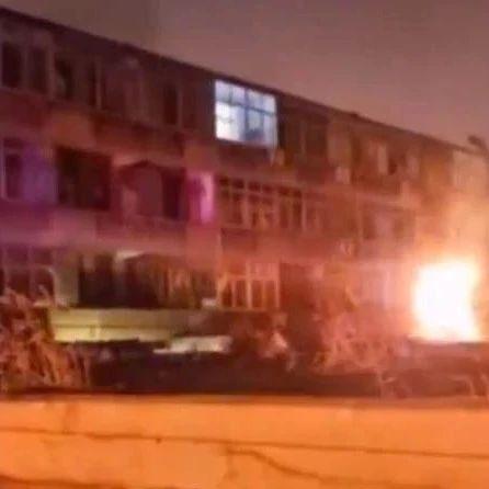昨日地质队小区发生火灾,一波又一波~!消防队员火速出动成功救援!
