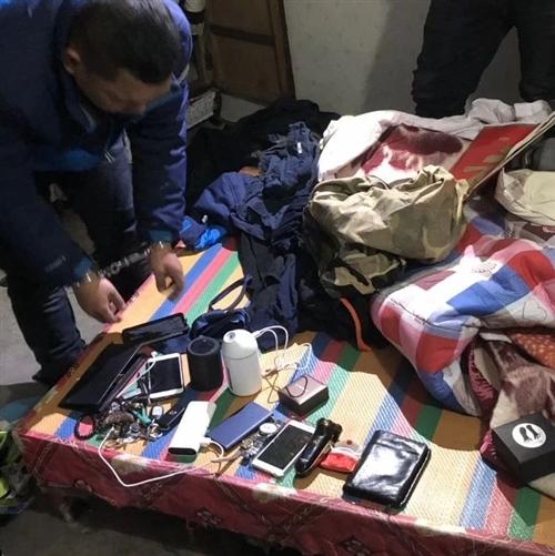 警察:你家被盗了!户主:没??!小偷:我来告诉你钱包的位置…