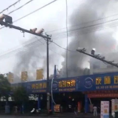 (视频)萍乡硖石一家夜宵店起火,现场浓烟滚滚...