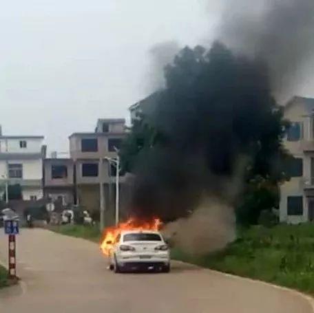 什么情况?萍乡一小车在学校附近突然起火,现场火势凶猛...