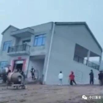 """新建楼房倾斜""""下沉"""",大门朝天开!网友:几十万打水漂"""