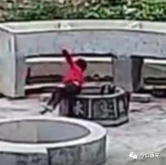 男童独自一人在院坝里玩耍,下一秒整个人不慎掉进井里