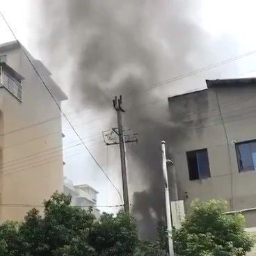 昨天上午,杨油坊巷突发火灾,现场浓烟滚滚,附视频!