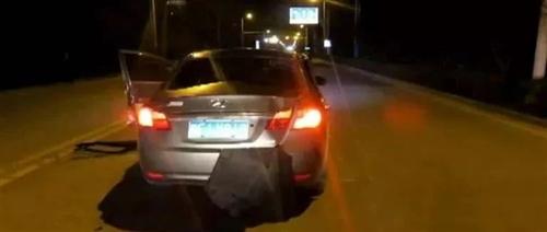 小伙高速上打开手机,结果汽车顿时爆炸了!昭通人可别做这动作