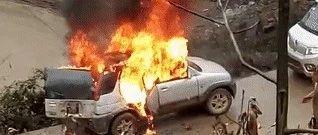 现场视频:彝良田黄村路边一车辆自燃,火势吓人!