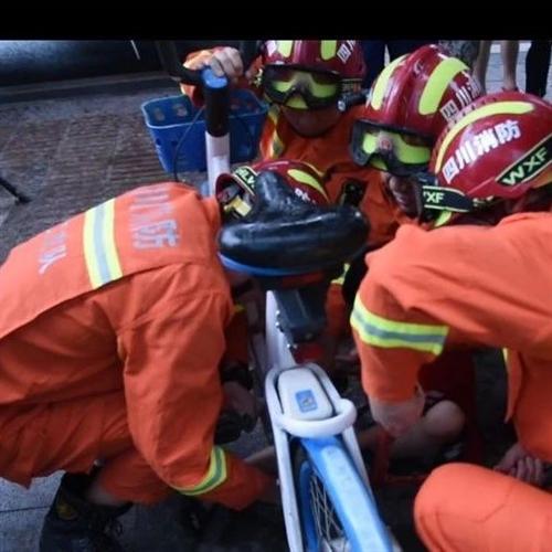 """单车链条咬住""""熊孩子"""",内江消防帮忙脱困"""