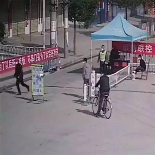 """""""胆大""""强行冲卡!拖行工作人员近30米,麻城一男子欺骗疫情防控人员逃跑被刑拘!"""