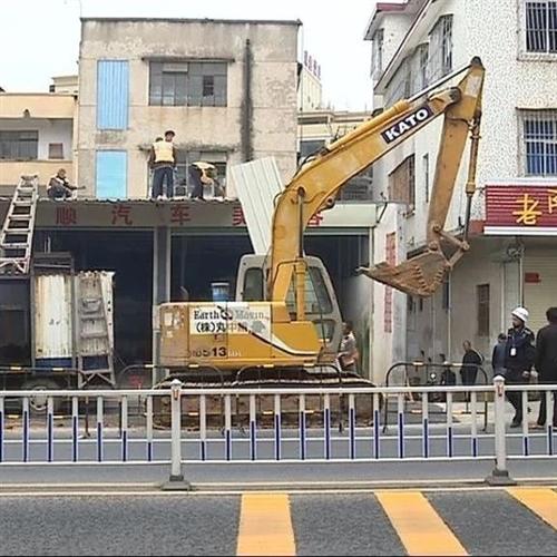 揭西县有关部门出动60多人,依法拆除占道违章建筑