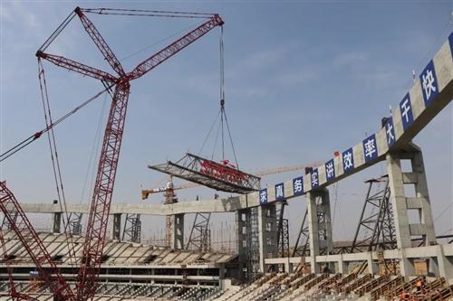市体育中心(体育场)项目钢结构工程主桁架顺利首吊