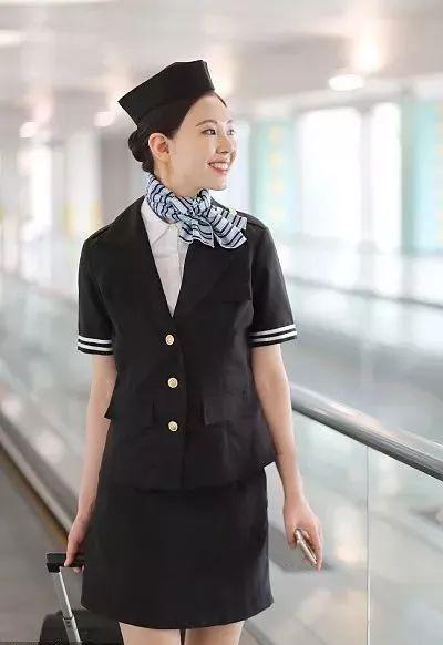 为什么每位空姐都会系着一条丝巾?不只为了美观