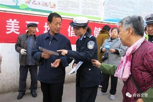 城区交警走进集贸市场开展扫黑除恶专项斗争宣传活动