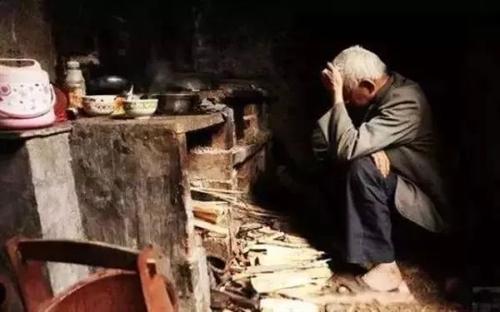 心酸!新蔡周边一位八十九岁老人饭后独自散步,突然跳河自杀,辛亏…