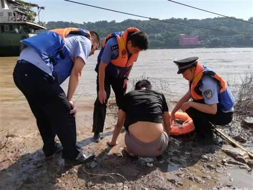 男子跳江轻生长航公安泸州分局合江派出所民警奋力救回……