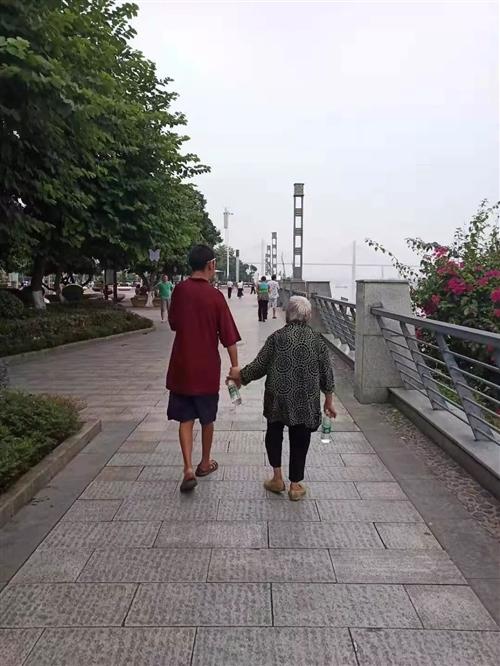 滨江路上的老母亲和她50岁的傻儿子演绎人间悲欢令人感动