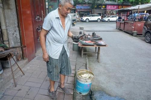 【合江人】-如此高温天气下,枣林桥这个老爷子不得了...
