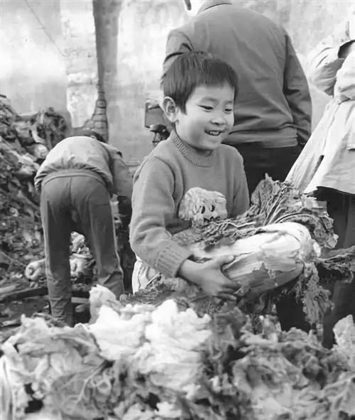 一�M河南人冬天吃�的老照片!看完不�S哭