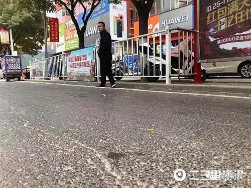 榆林一60多�q老人被公交��A住,拖行遭碾�褐滤劳觯∷�C已被刑拘!