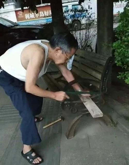 合江七旬老太爷居然早上6点过就在利城半岛滨江路干这件事...