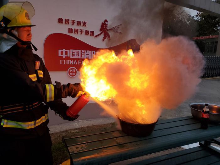 可�氛婺�缁�幔坑�者和消防�T做了�����,�Y果竟然是�@�拥摹�…