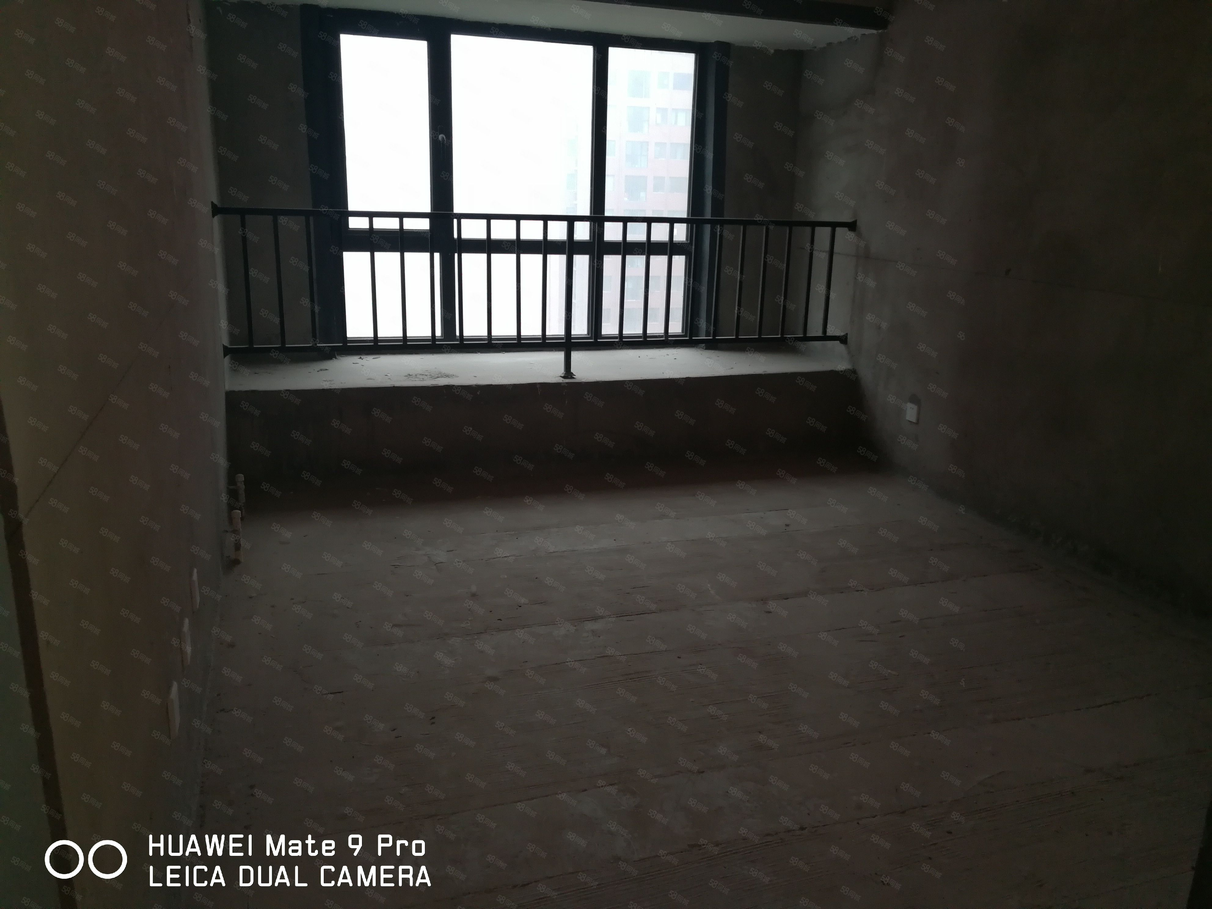 实验小学旁,地铁口,急售小三室,有本,可按揭。
