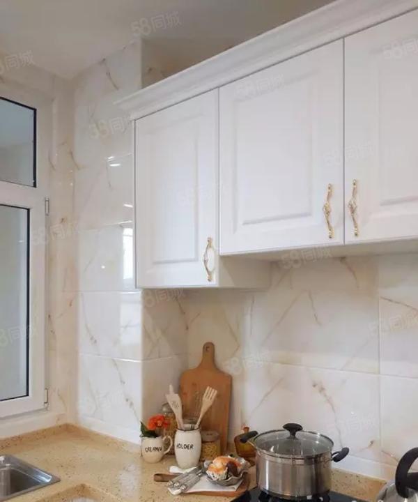 海天银座,125平精装2室,家具家电齐全,年租22000!