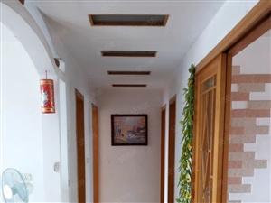 老城区房,三室两厅一卫,南北通透,装修保存很好,送家电