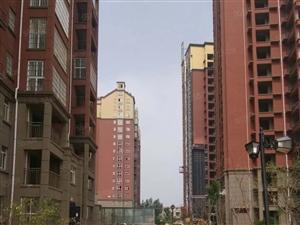 金源名都电梯底层,三室两厅南北通透,全款,4200每平方。