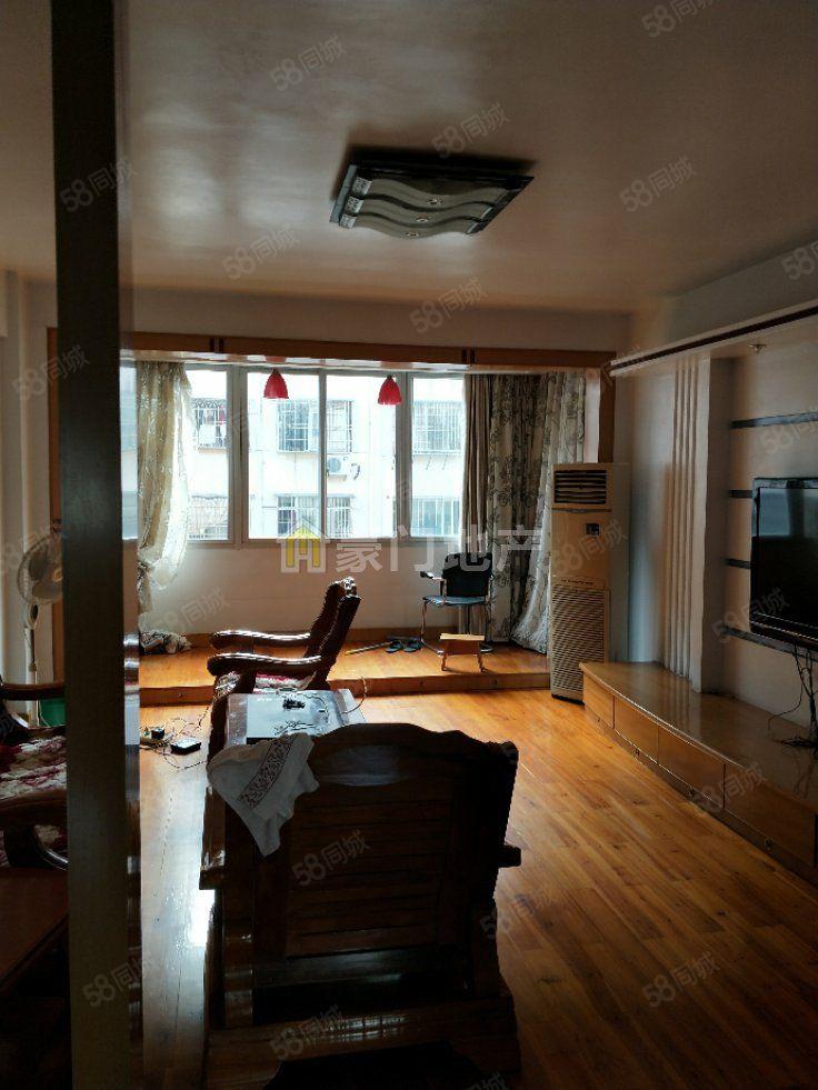 东侨花苑原木地板3房出租,租金不贵,家具齐全,拎包入住。