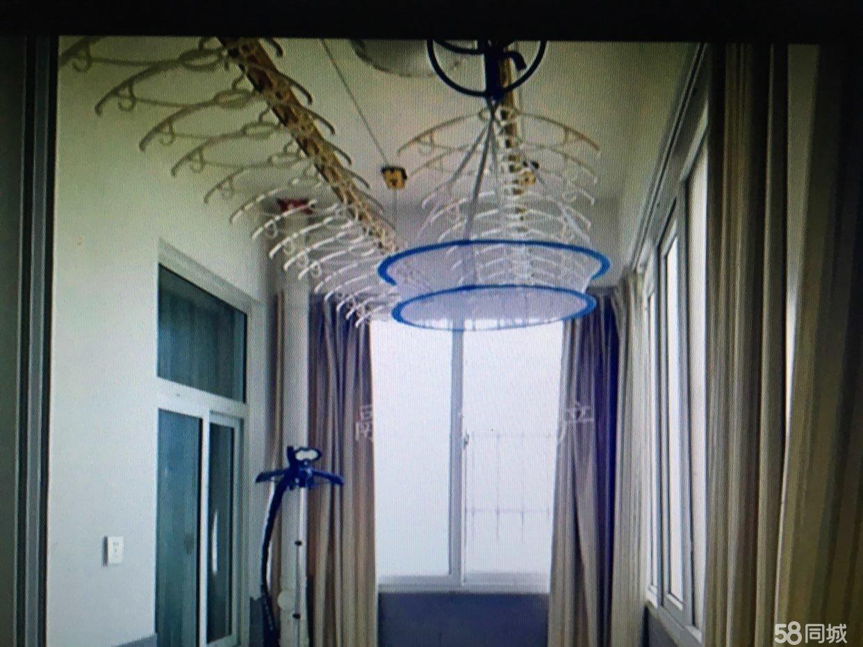 私人一手房源,全屋精心装配,光是窗帘就花费两万余元。
