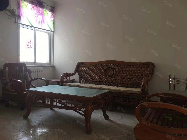 演武小区有两张床电视沙发空调暖气热水器,拎包入住即可