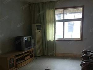 大润发对面中等装修两室两厅家具家电齐全拎包入住。