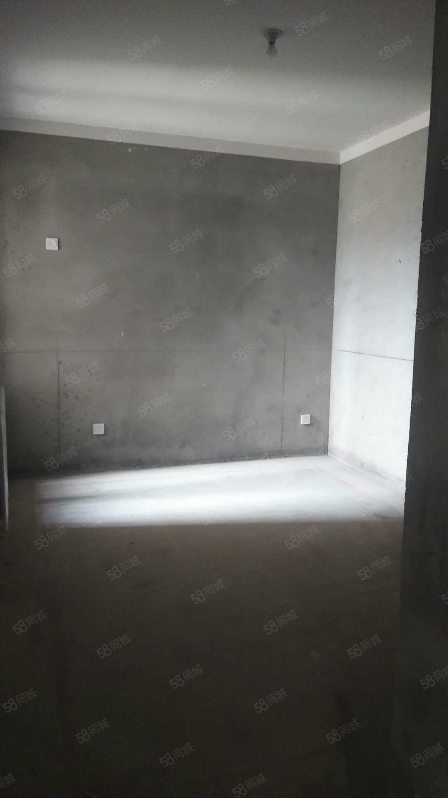 绿地香湖湾二期一楼洋房,送花园地下室直接更名网签。有转让费