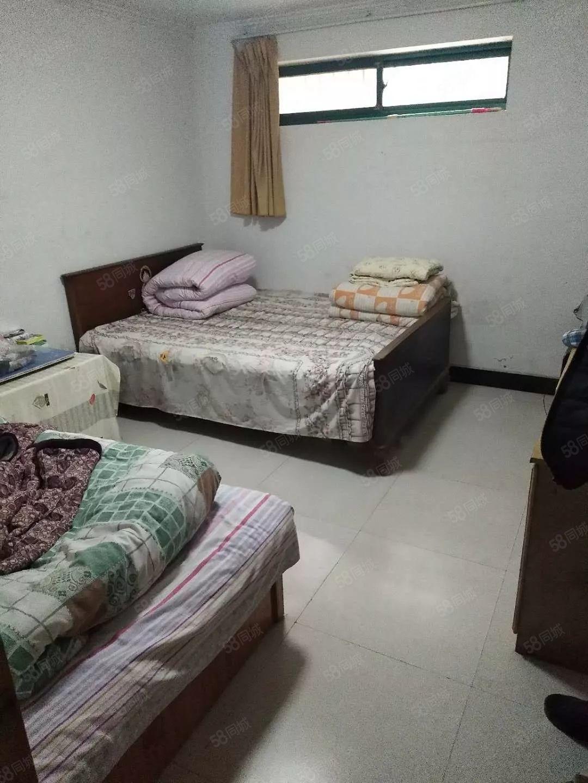 这是地下室一共两间带孩自读书够用了比租房还划算