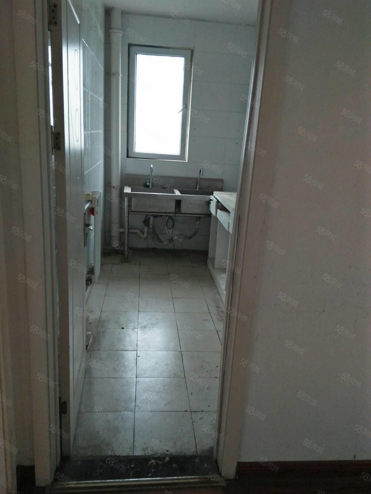 都市花园2楼3室2厅150平,家县齐,空调3台,1600元。