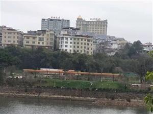 南江滨路栋房出售,外墙已经装修好水电单独总五层每层套房设计。