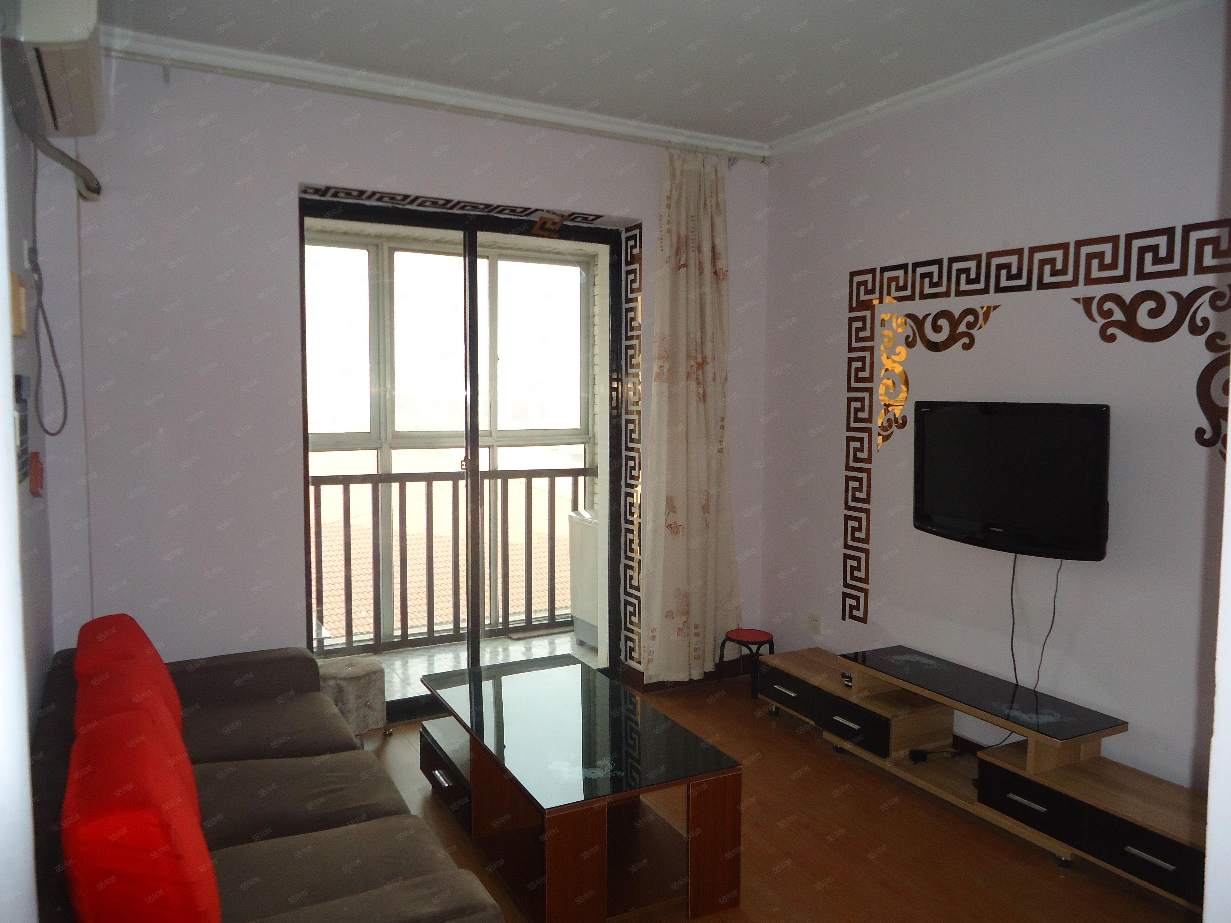 宝龙广场,精装一室一厅,家具齐全,干净卫生,电梯房,宽带。