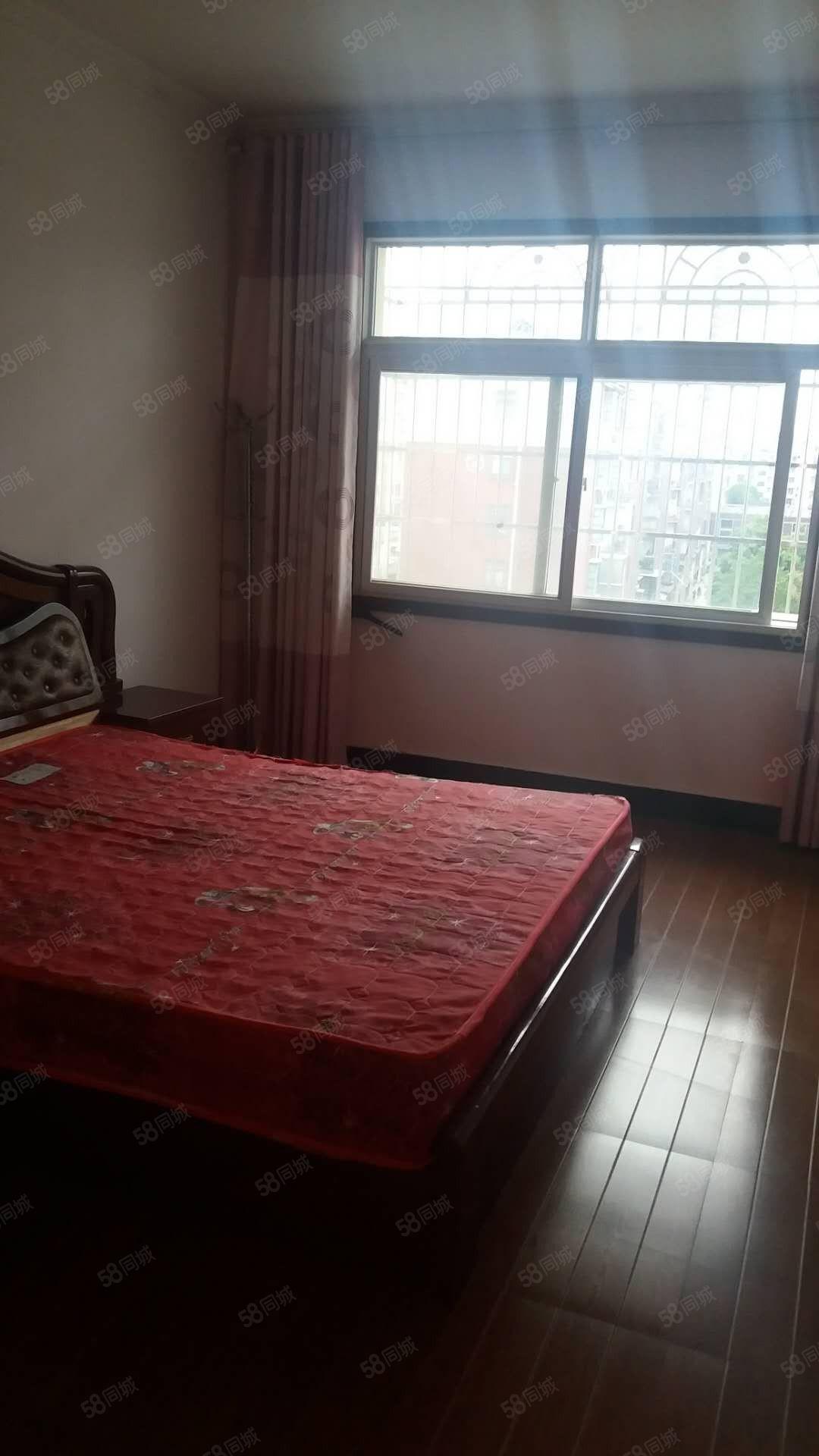 国贸附近三室两厅家电齐全拎包入住仅租700每月