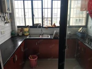 新区政府旁精装修4房中间楼层电梯房4500/月