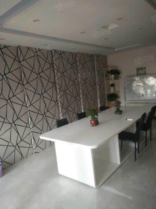 金博大东塔精装办公一室。有桌子椅子,立式空调