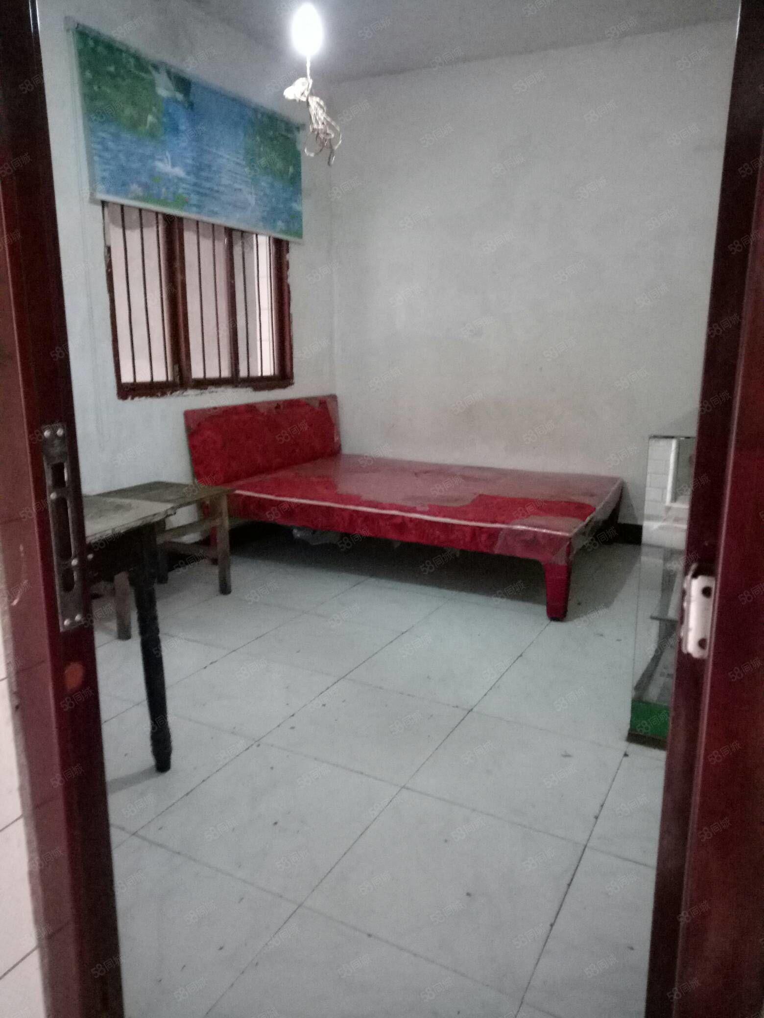 二医附近两室一厅一厨一卫,有热水器,床,还有个很大的天台!