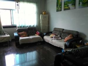 单位院内四楼住房三室两厅家电家具齐全,拎包入住。
