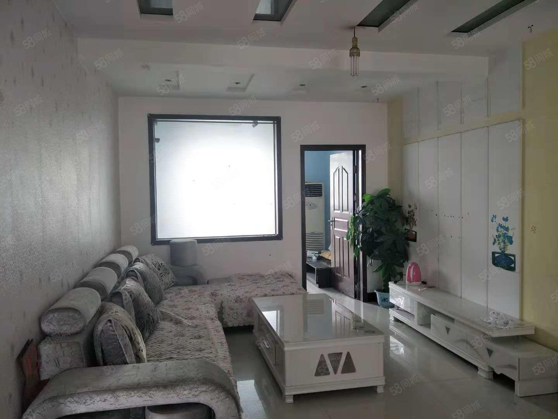 大广场精装三室,家具家电齐全,优惠价12000/年