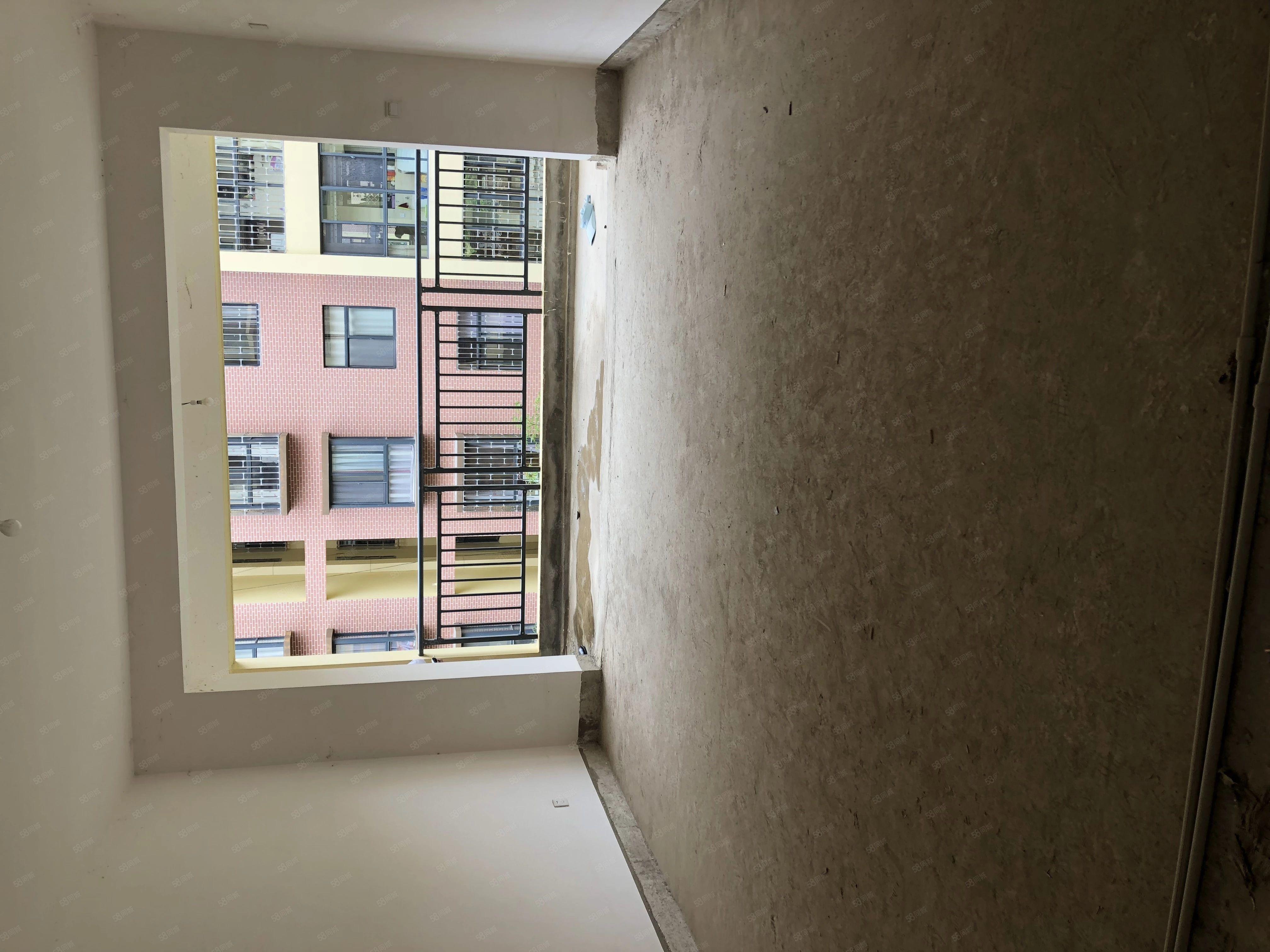 创泰华景4楼3室2厅2卫毛坯房小区内围房价含一个车位