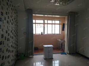 出租锦泰华府两室两厅简单家具三楼1200元