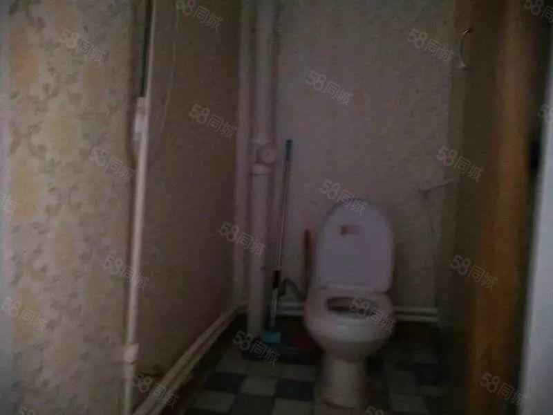 东方国际D区,简单装修,室内有床,电视,沙发,洗衣机,衣柜,