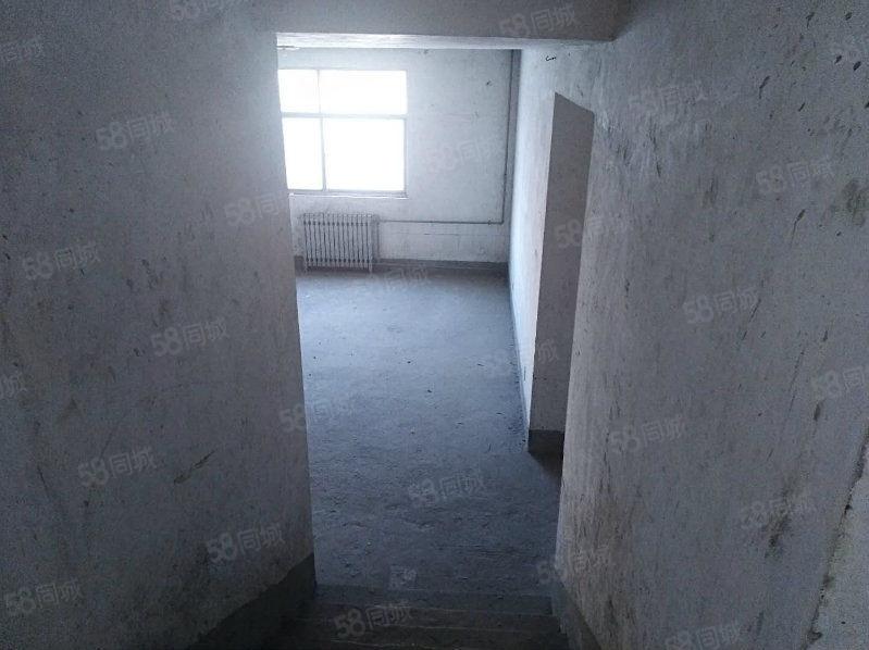 错层毛坯4室,南北通透,双气入小区,学校环绕,没有物业费