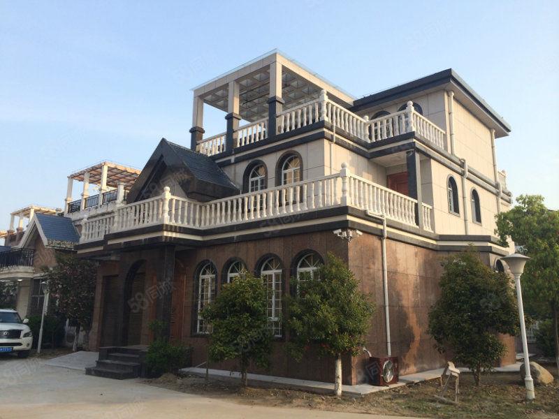 独栋大别墅,280平米、毛坯房,有大院子和车库。